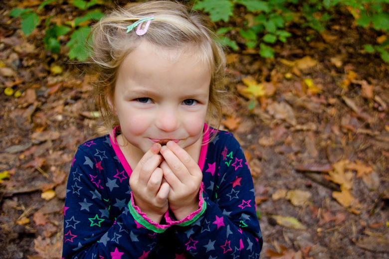 """Herfstmeisje - Een tijdje terug heb ik deze foto in het bos gemaakt.<br /> Zo ondeugend zoals ze op het eikeltje probeert te blazen <img  src=""""/image"""
