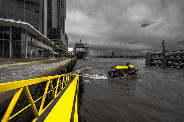 Rotterdam en zijn watertaxi's - Beetje NYC style fotografie met enkel de taxi's die gekleurd zijn.