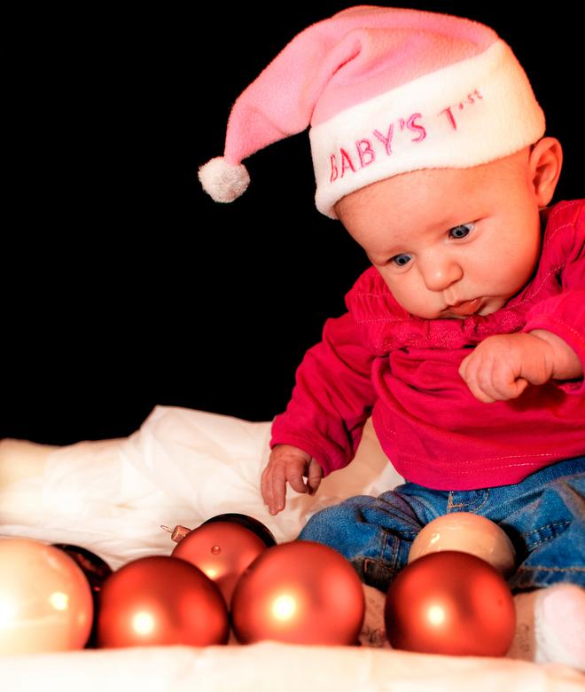 Mini X-Mas - Nichtje Maren (3 maanden oud tijdens de shoot) onder de indruk van Kerstballen.