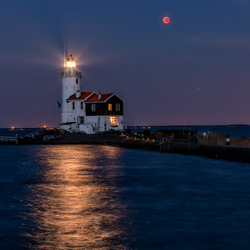 Moon eclipse with Mars, by the lighthouse