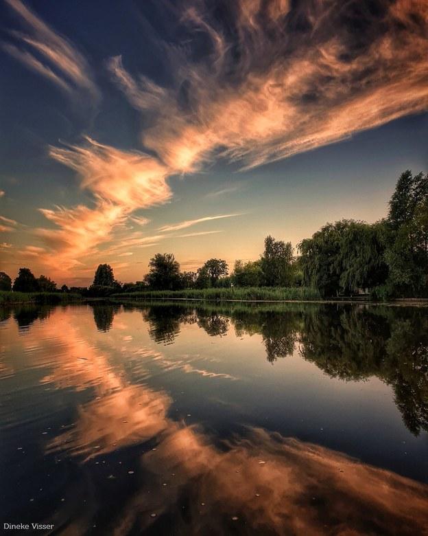 Reflectie Perfectie   - Een prachtige reflectie van een bijzondere lucht op een windstille zomeravond