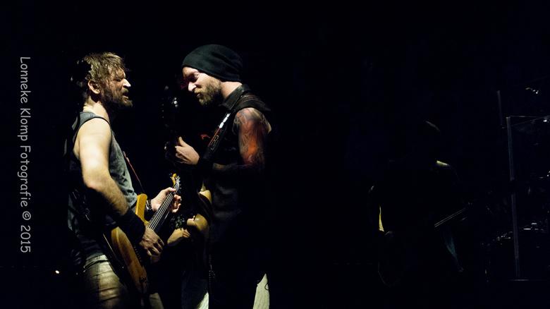 De 2 gitaristen van Within Temptation - De 2 gitaristen op het zelfde moment voor mijn camera. Dit was het moment want ze rennen en springen over het