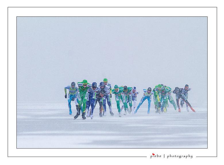 Ronde Skarsterlan 04 - De ronde van Skarsterlân was enorm zwaar door de zeer harde wind en de sneeuwbuien. Uiteindelijk kwamen er maar 20 van de 84 ge