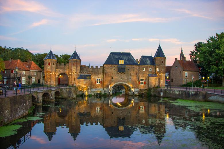Koppelpoort, Amersfoort - De oude koppelpoort in Amersfoort, gefotografeerd in de avond.