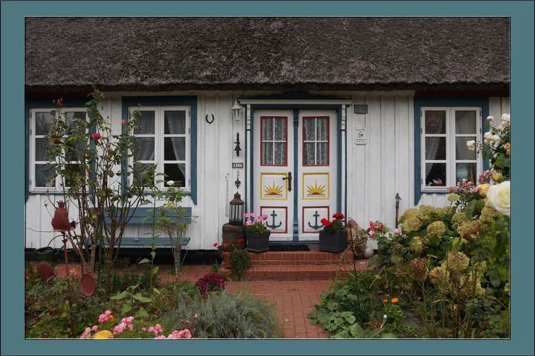 Entree Kapiteinshuis - In de wintermaanden hielden de zeelieden zich vaak bezig met houtsnijden en het versieren van hun voordeuren. Vaak zijn het afb
