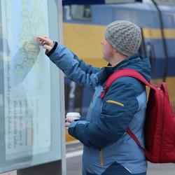 Zoekende reiziger station Arnhem