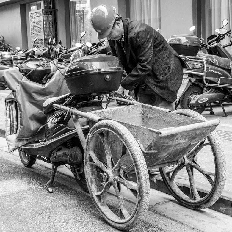ChineesTransport - Cement kruiwagen achter de scooter naar de volgende klus.