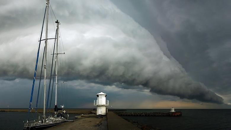 Skanör Shelfcloud  - Na een zonnige dag ontwikkelde in de avond deze wolk boven de haven.