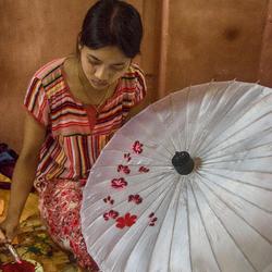 parapluutjes schilderen in myanmar