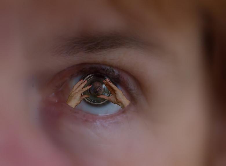 for your eye only - Het oog, de lens de handen en het onderwerp gevangen in één beeld.