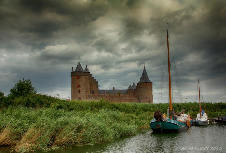 """Muiderslot - Een paar weken geleden was ik in Muiden.<br /> Foto genomen in het voorbij varen.<br /> Ik ben een groot fan van kastelen <img  src=""""/i"""