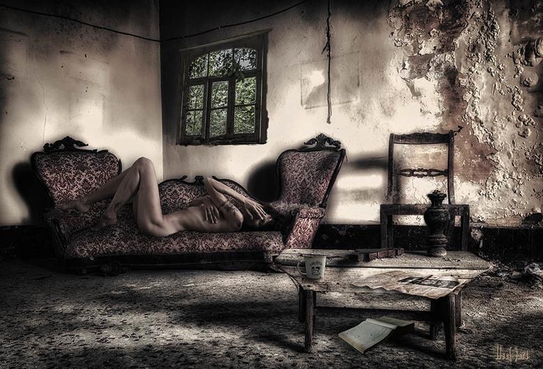 Feeling excited on the couch - selfportrait - Ik heb een urbex foto gemaak met nude art en ik heb vele details erbij bedacht en erin ge-edit <img  src