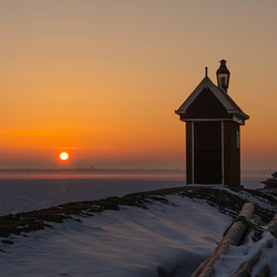 Winterse zonsopkomst misthuisje Volendam