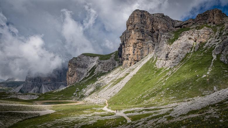 Dolomieten 4 - Op 2350m start bij de Auronzohütte een rondwandeling om Dreizinnen en Paternkofel. De lengte is 14km en duurt ongeveer 6 uur. Het hoogt