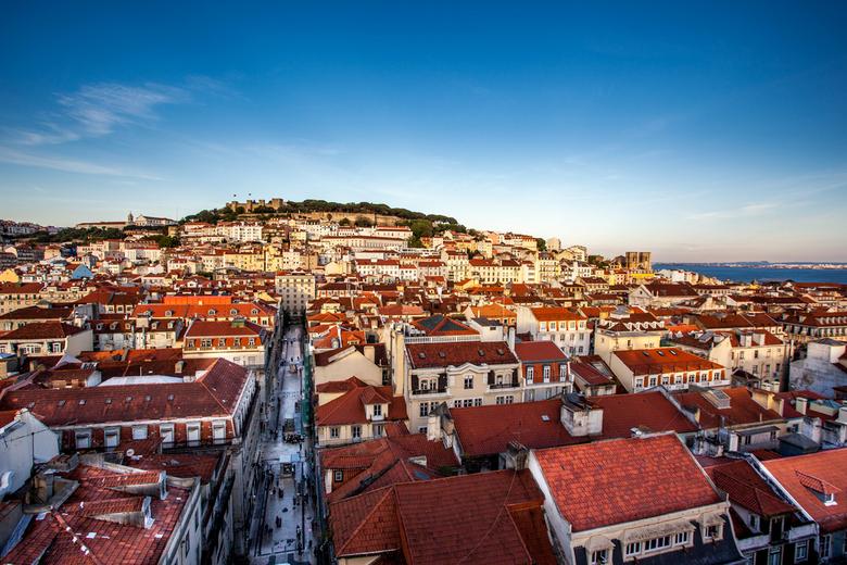 Zicht op Lissabon met Castelo de São Jorge - Vanaf een uitzichtpunt bij Elevator Santa Justa zicht op Lissabon aan het eind van de middag. Helemaal ei