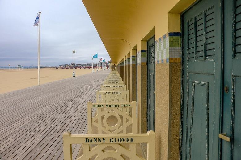 Deauville:Promenade des Planches - De strandpromenade van Deauville(Promenade des Planches) in Normandië met de strandcabines,vernoemd naar beroemde f