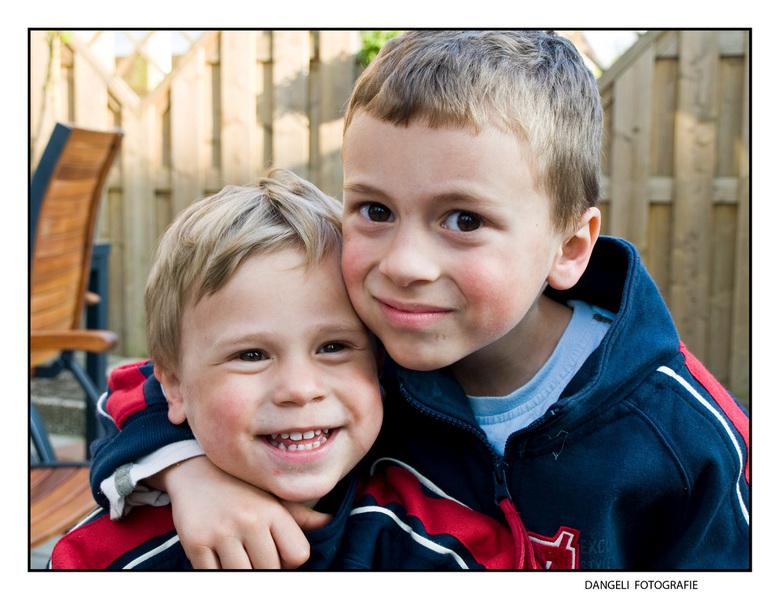 Kijk mijn broer(tje) nou. - Ben sinds kort portret aan het proberen.... toen mijn oudste zoon zijn kleine broertje beetpakte en tegen mij zei... nou p
