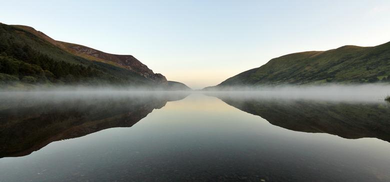 Llyn Cwellyn - Een dun laagje mist hangt boven het meer Llyn Cwellyn dichtbij bij Beddgelert in het Snowdonia National Park in Wales.