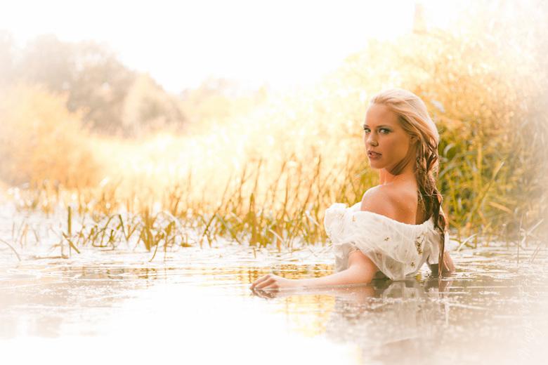 Miss Overijssel - Geïnspireerd door het werk van Nick Cave en Kylie Minogue heb ik gister Miss Overijssel, Petra Smits, in een trouwjurk in een oude v