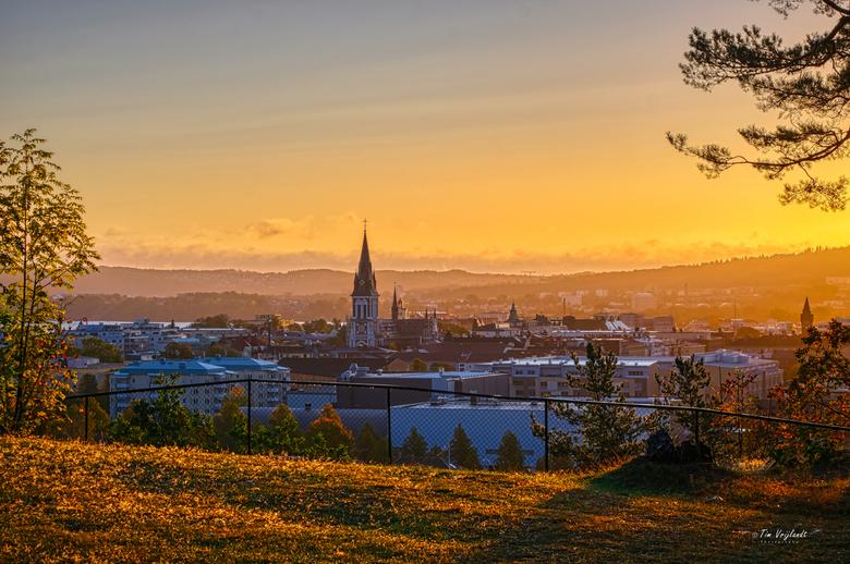 Zonsopkomst in Zweden - Prachtige kleuren boven de stad Jönköping tijdens zonsopkomst.