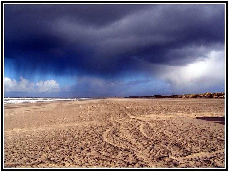 Zandsporen op het strand - Foto genomen in Hoek van Holland bij een barre en koude dag in 2007. Het waaide erg hard, en de lucht was dreigend te noeme