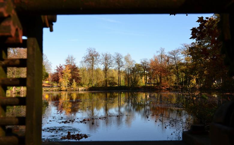 Den Bas. - Den Bas in Tegelen is een klein meertje, hier opgenomen door een oud sluisje.