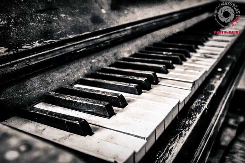 The last note. - Een piano in een verlaten Chateau/hotel. het lijkt wel alsof hij zijn laatste toontje wel heeft gespeeld.