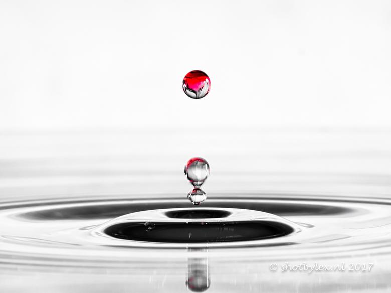 The red drop - Een druppel aardbeienlimonade in water...