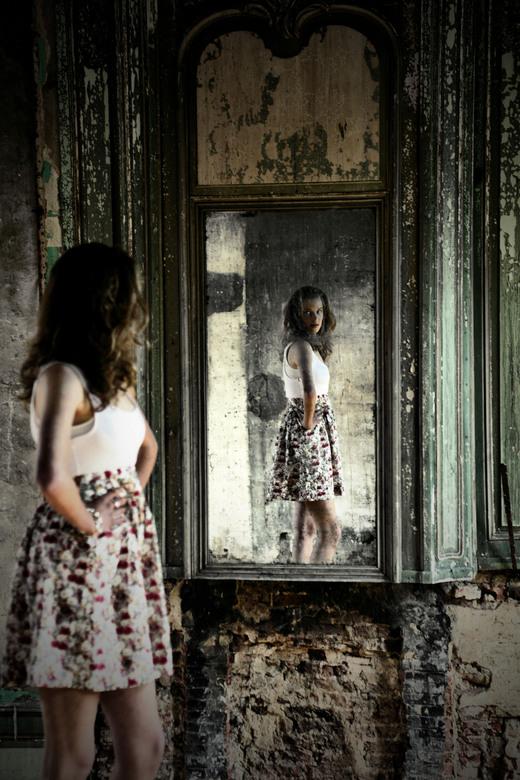 spiegeling - shoot in een uitgebrand kasteel