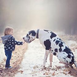 Kleine meid met haar grote vriend