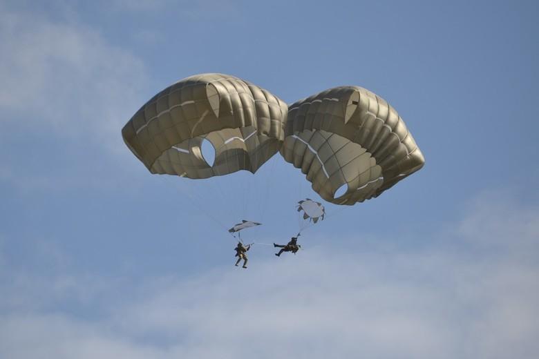 En dan zit je voet vast.... - Tijdens het parachutespringen voor de 75 jaar herdenking van Market Garden zit een parachutist vast in lijn van de ander