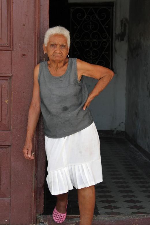 oude vrouw in de deur - Deze prachtige oude vrouw vond het geen probleem om even te poseren in het cetrum van Cienfuegos