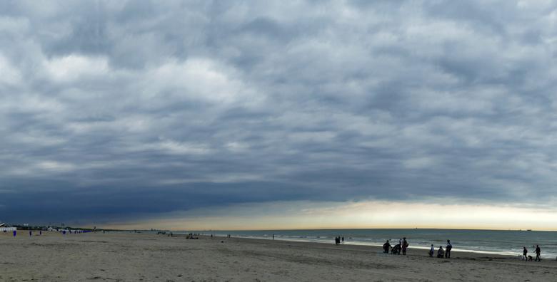 strand Katwijk - Terwijl we zaten te eten op het strand van Katwijk, kwamen er donkere wolken uit het zuiden opzetten, snel even van tafel gelopen om