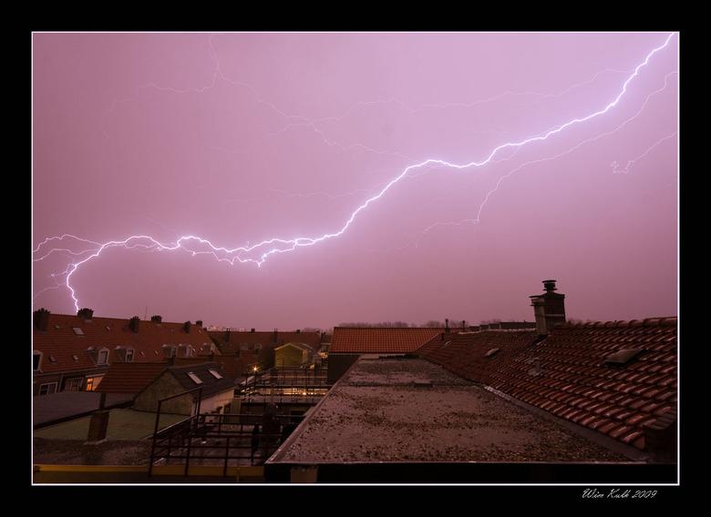 Uit mijn dakraam - Vanavond een prachtig hevig onweer uit ons dakkappel gezien. Wat een geweld zeg. Na een tijdje niet te hebben gefotografeerd, weer