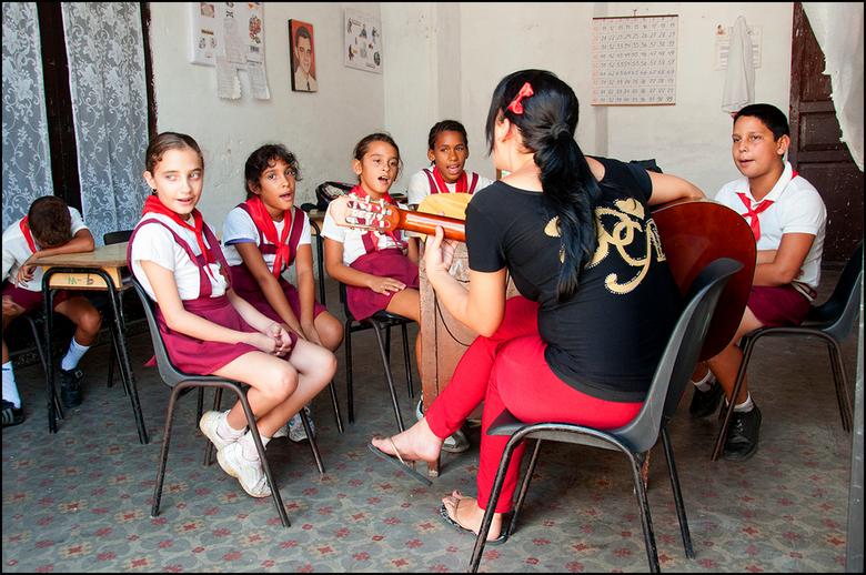 Cuba 141 - Er zijn heel wat landen waar de schooljeugd gekleed in een uniform naar school gaat. Zo ook op Cuba. Dit om zo sociale verschillen visueel