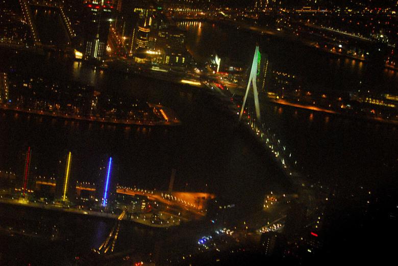 foto nachtvliegen Rotterdam - De bekende brug van Rotterdam nu eens s'nachts vanuit het vliegtuig genomen.