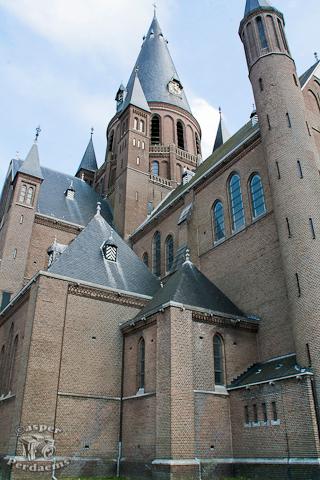 Katholieke Kerk te Steenbergen (NB) - Waar de meeste mensen de kerk vanaf de voorkant erop zetten, heb ik geprobeerd een ander hoek te vinden.<br />