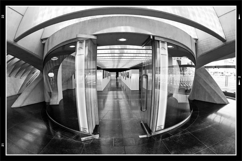 Belgium architecture 20 - In de hal beneden is een permanente fototentoonstelling, over de bouw van het prachtige nieuwe station van Luik, gevestigd.