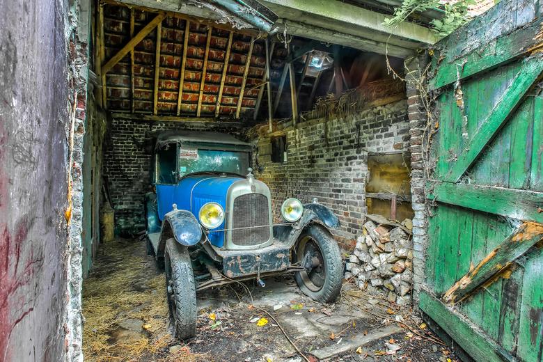 Verlaten oldtimer in schuur - Dit is een verlaten oldtimer (Citroën C3 uit 1925) gevonden in een oude schuur.