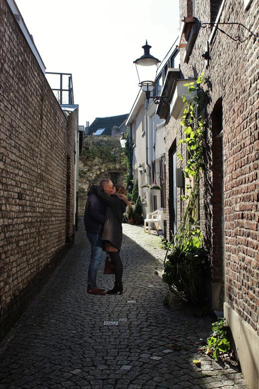 Liefde - Ook in Maastricht lieten de mensen vandaag op Valentijnsdag zien dat echte liefde nog steeds bestaat..