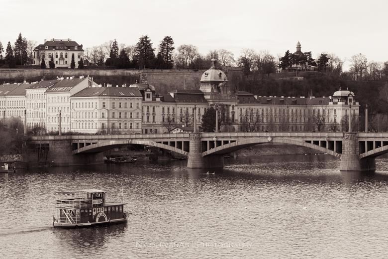 Praag Moldau - Vanaf de Charles Bridge mooi uitzicht over de Moldau.  <br /> Gewacht tot de radarboot op de juiste plaats in de foto was gevaren.<br