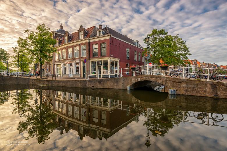 A Dutch Town Under a Vermeer Sky - Nederlandse stockfoto's van uiterst hoge kwaliteit → hollandpix.com | Grachtenpanden op de hoek van Vrouwjuttenland