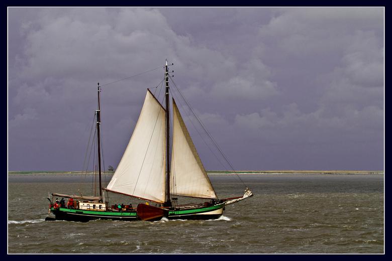 zeiboot - Vandaag totaal iets anders. Begin mei vanaf de veerboot vanuit Terschelling.<br /> <br /> Alvast bedankt voor uw reacties/stemmen en steun
