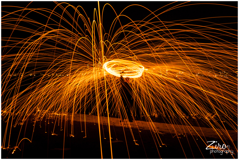vuurslingeren - slingeren met staalwol, heel erg leuk om te doen en zo te experimenteren met lange sluitertijden en vormen, spectaculair om mee bezig