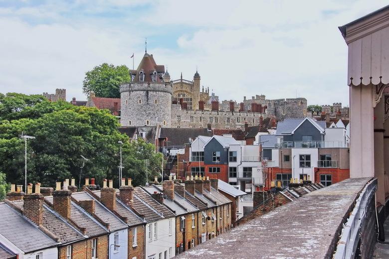 Windsor 01 - Als je aankomt op het stationnetje van het stadje Windsor (rechts) dan heb je dit overzicht van het kasteel. In het midden de Lower Ward