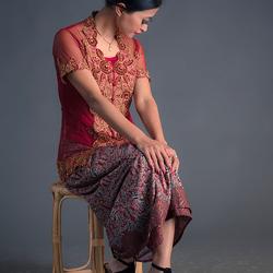 NyiDwi in traditionele Indonesische kleding (uitgezonderd de schoenen)