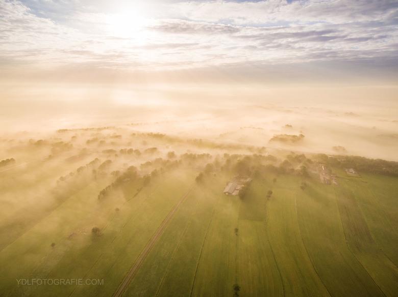 Drone boven de mist -