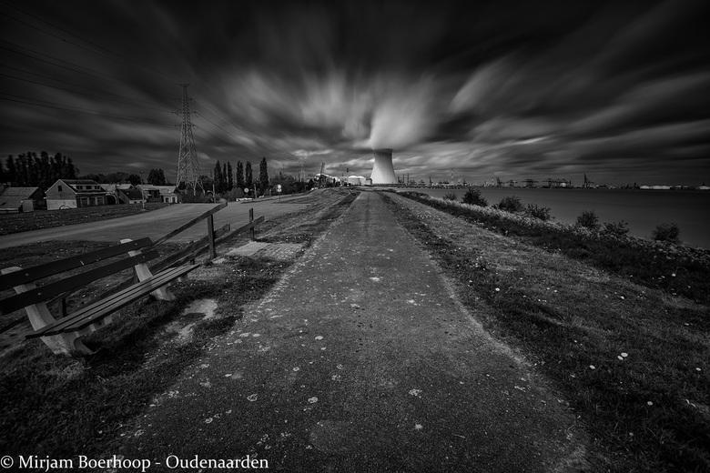 Spookstad Doel in zwart-wit -
