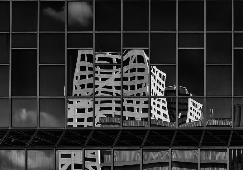 Reflectie stadskantoor Utrecht. - Foto gecorrigeerd op recht zetten.<br /> Dank aan Henk.
