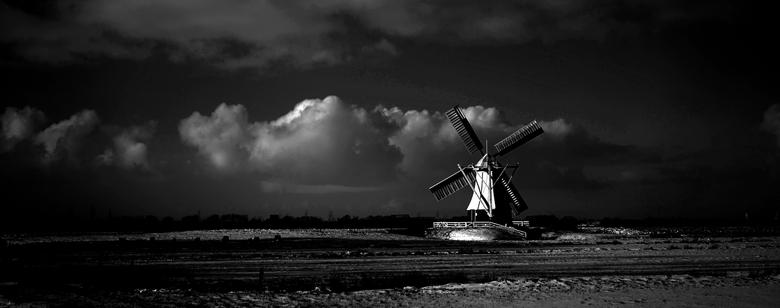 de witte molen  - De molen werd in 1892 gebouwd door de molenmaker P. Medendorp uit Zuidlaren. De molen had als taak de polder Glimmen van 453 hectare